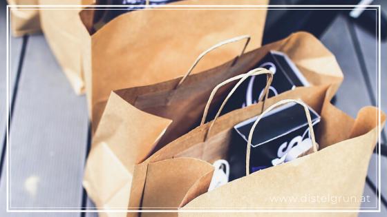 Bereits erhaltene Geschenk-Papiertaschen wiederverwenden.